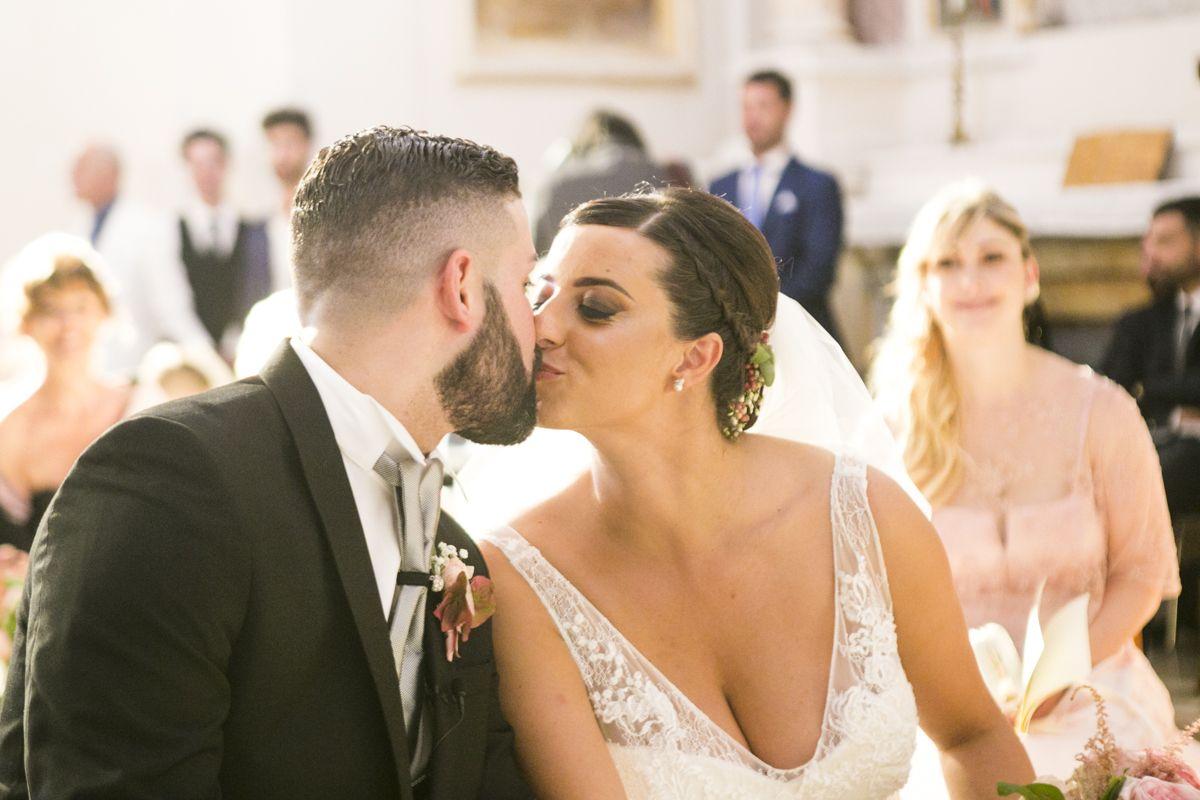 il-bacio-degli-sposi-al-termine-della-cerimonia