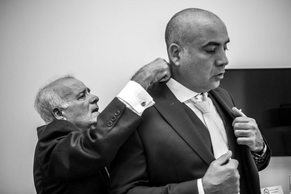 il-papà-dello-sposo-allaccia-la-cravatta