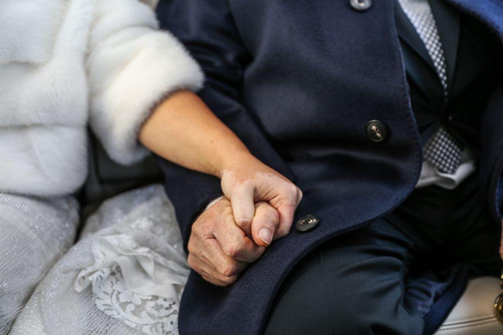 la-sposa-stringe-la-mano-del-papà