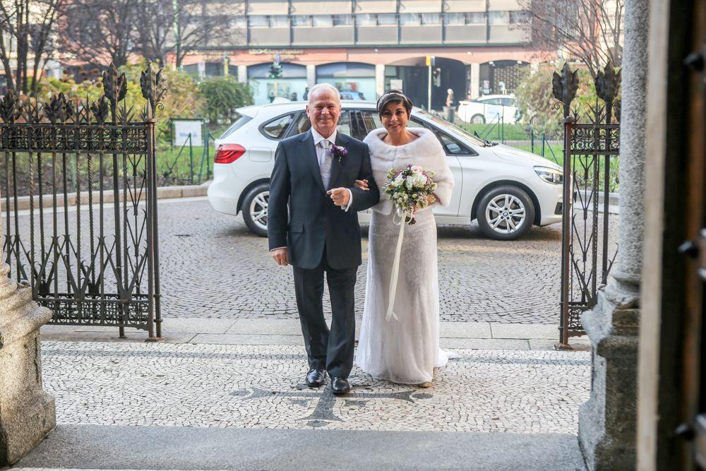 la-sposa-attende-fuori-dalla-chiesa