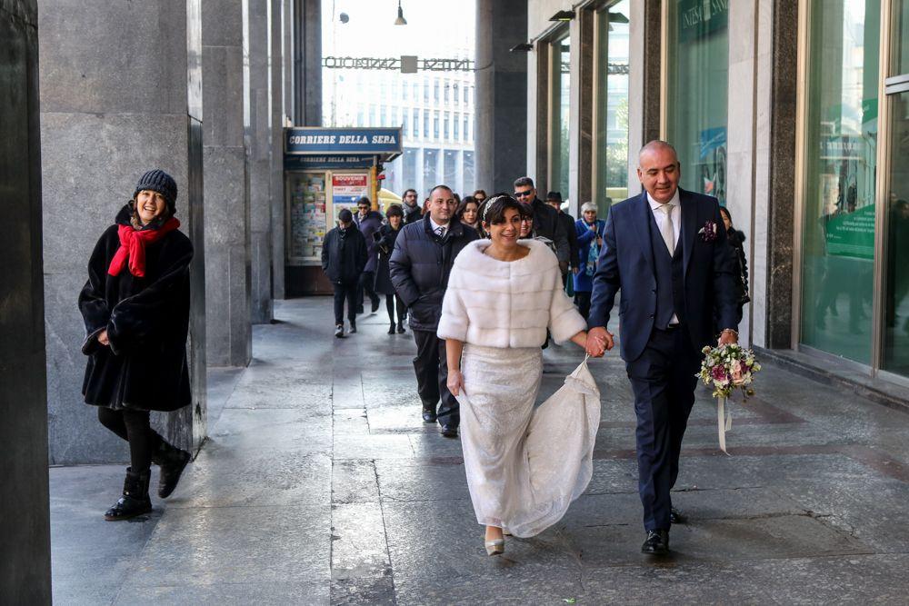 gli-sposi-passeggiano-per-Milano