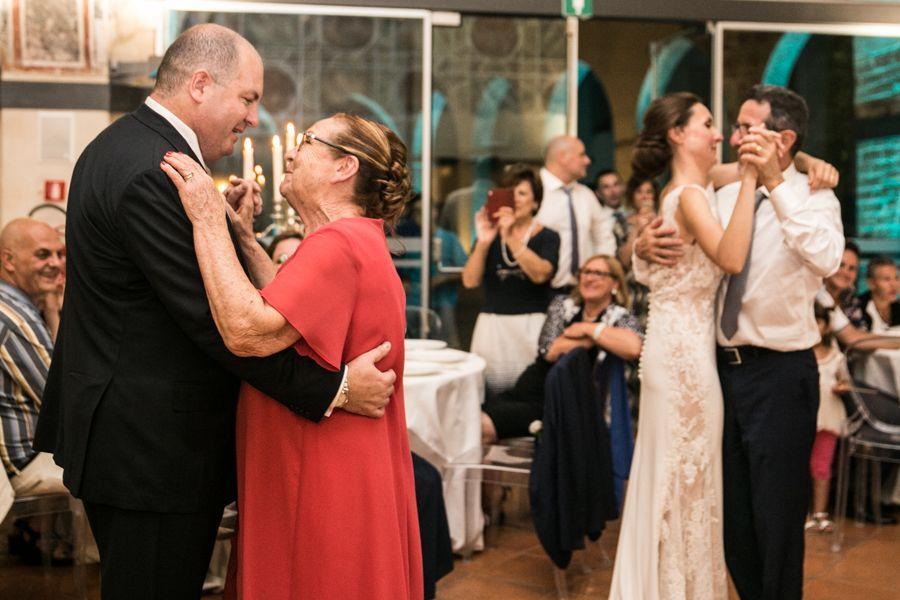 gli-sposi-danzano-con-i-genitori