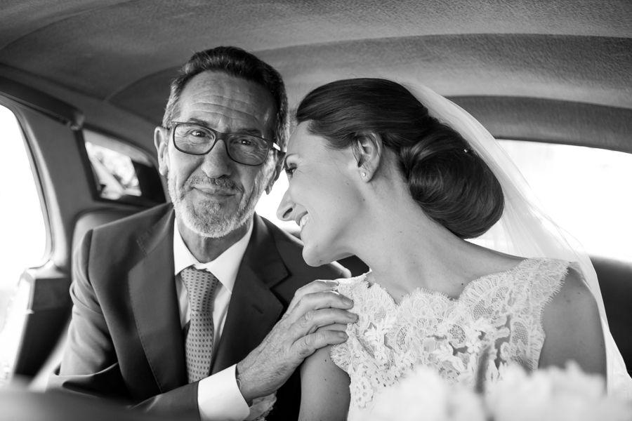la-sposa-e-il-papà-in-un-gesto-affettuoso